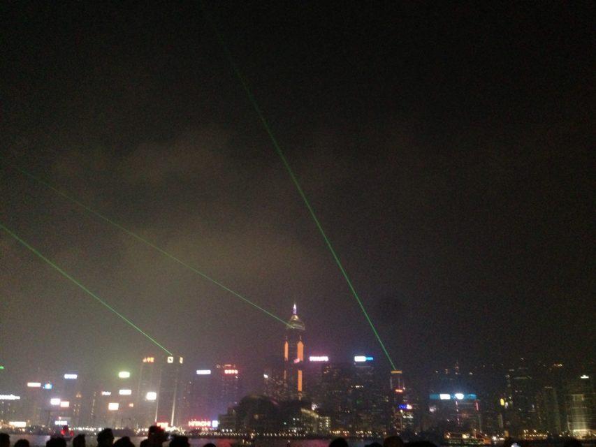 香港の夜景を100万ドル以上に飾るド派手なレーザーショー
