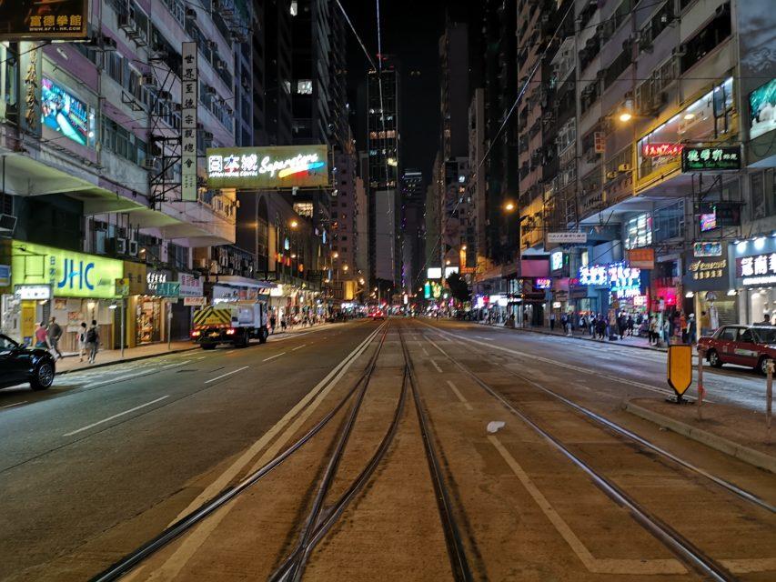 香港はデモの影響で街中にポッカリ穴が開いています..